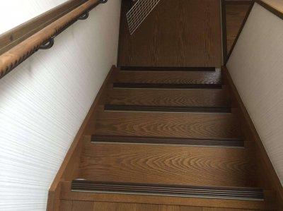 階段に手すりと滑り止めの取付